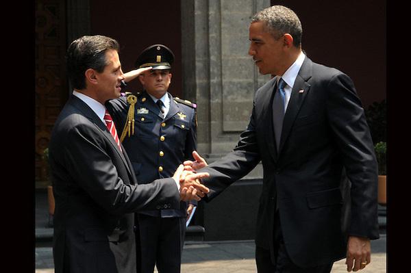 MEX17. CIUDAD DE MÉXICO (MÉXICO), 02/05/2013.- Fotografía cedida por Presidencia de México del mandatario de ese país, Enrique Peña Nieto (i), estrechando la mano de su homólogo de Estados Unidos, Barack Obama (d), hoy, jueves 2 de mayo de 2013, en el Palacio Nacional de Ciudad de México (México). Los mandatarios firmaron un acuerdo de cooperación en educación durante la reunión en la capital mexicana, según informó la Casa Blanca. EFE/Presidencia/SOLO USO EDITORIAL.