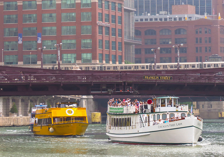 Tour boats make their way up the Chicago River. (DePaul University/Jamie Moncrief)