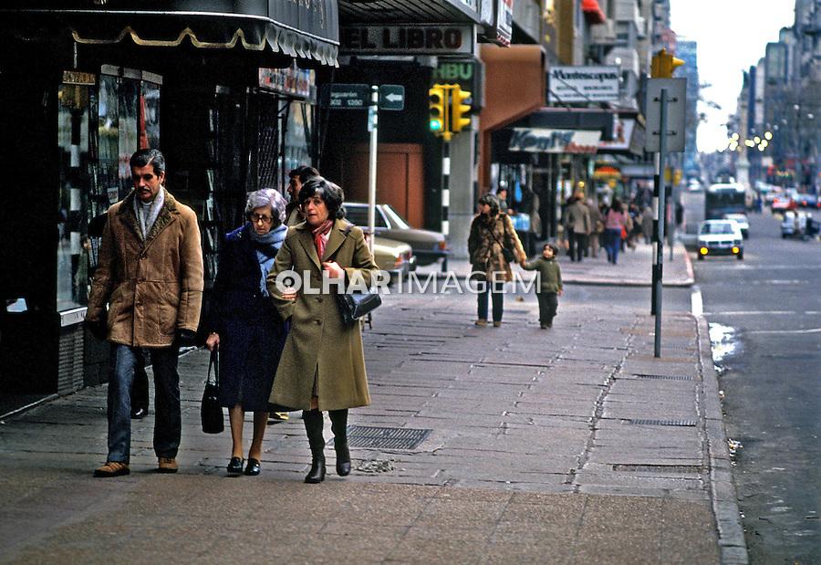 Pessoas na rua em Montevidéu, Uruguai. 1985.<br /> Foto de Juca Martins.