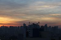SAO PAULO, SP, 11/05/2012, CLIMA TEMPO.  Nessa Sexta-feira (11) o tempo continua aberto com temperatura em rapida elevação  na capital paulista.<br />  Porém com a chegada de uma frente fria região Sudeste o tempo muda nesse final de semana.<br />  <br />  Luiz Guarnieri/ Brazil Photo Press