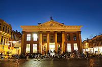 Nederland Groningen 2016. De Korenbeurs van Groningen is een gebouw aan de Vismarkt. Het behoort tot de Top 100 van de Rijksdienst voor de Monumentenzorg. De beurs, met zijn opvallende neoclassicistische gevel, werd tussen 1862 en 1865 gebouwd, als vervanging van twee kleinere beursgebouwen. Tegenwoordig is er een Albert Heijn winkel in gevestigd. Foto Berlinda van Dam  / Hollandse Hoogte