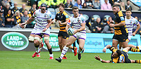 Leicester Tigers' George Ford avoids the challenge from Wasps' Juan De Jongh <br /> <br /> Photographer Stephen White/CameraSport<br /> <br /> Gallagher Premiership - Wasps v Leicester Tigers - Sunday 16th September 2018 - Ricoh Arena - Coventry<br /> <br /> World Copyright &copy; 2018 CameraSport. All rights reserved. 43 Linden Ave. Countesthorpe. Leicester. England. LE8 5PG - Tel: +44 (0) 116 277 4147 - admin@camerasport.com - www.camerasport.com