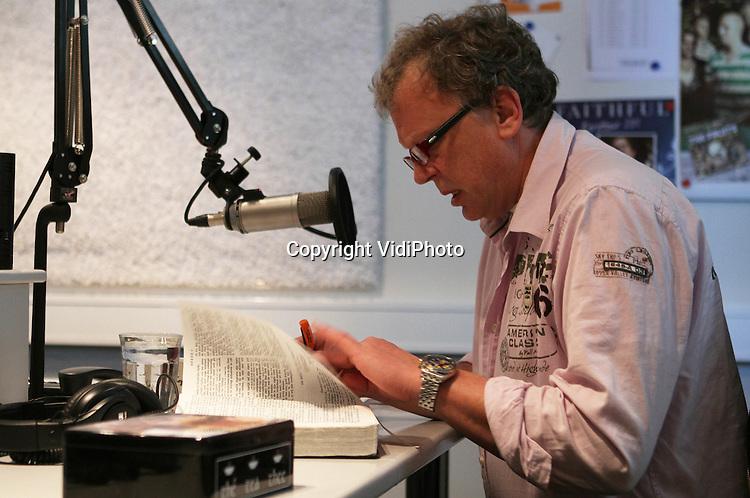 Foto: VidiPhoto..VEENENDAAL - Koos de Jong van de stichting Jij daar! voor de microfoon van Groot Nieuws Radio, een christelijke radiozender die te beluisteren is via AM..