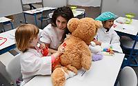 Nederland - Amsterdam - 2019.     Teddy Bear Hospital in het Academisch Medisch Centrum. (Foto mag niet in negatieve / schadelijke context gepubliceerd worden). Teddy Bear Hospital (TBH) is één van de grootste projecten van IFMSA-NL. Het TBH is een rollenspel. Dat houdt in dat kleuters van vier t/m zes jaar hun beer of een andere knuffel meenemen naar een nagebootst ziekenhuis. Geneeskunde studenten spelen voor arts en behandelen samen met de kinderen de knuffels. Het doel van Teddy Bear Hospital is om kinderen op een speelse manier kennis te laten maken met de gezondheidszorg, om zo de angst voor dokters en het ziek-zijn enigszins weg te nemen. Bovendien leert het medische studenten om te gaan met kinderen en trainen ze hun communicatieve vaardigheden. Foto Berlinda van Dam / Hollandse Hoogte