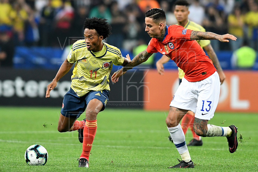 SAO PAULO – BRASIL, 28-06-2019: Juan Cuadrado de Colombia disputa el balón con Erick Pulgar de Chile durante partido por cuartos de final de la Copa América Brasil 2019 entre Colombia y Chile jugado en el Arena Corinthians de Sao Paulo, Brasil. / Juan Cuadrado of Colombia vies for the ball with Erick Pulgar of Chile during the Copa America Brazil 2019 quarter-finals match between Colombia and Chile played at Arena Corinthians in Sao Paulo, Brazil. Photos: VizzorImage / Julian Medina / Cont /