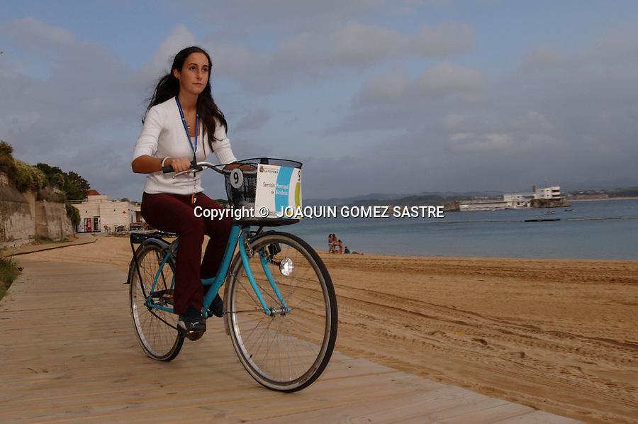 .Una joven disfruta del carril bici que discurre por las playas de los Peligros y la Magdalena..FOTO JOAQUIN GOMEZ SASTRE ©.