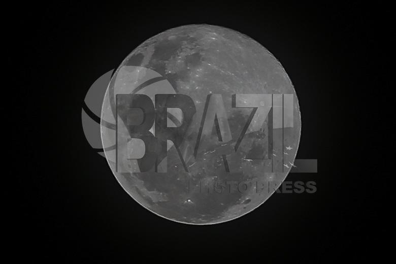 BELO HORIZONTE, MG, 14.05.2014 - LUA CHEIA - Lua cheia é vista a partir da cidade de Belo Horizonte na noite desta quarta-feira, 14. (Foto: William Volcov / Brazil Photo Press).