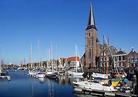 Boten in de Zuiderhaven in Harlingen. Sint Michaelkerk