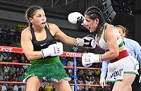 """MONTERIA - COLOMBIA, 19-05-2018:Combate entre  la boxeadora Yazmín """"La rusita """"Rivas (Der.) de México y  la  colombiana  Liliana """"La Tigresa"""" Palmera (Izq.) . La mexicana  ganó por nocaut técnico en el quinto asalto  el título Mundial Supergallo AMB en   el coliseo """"Happy Lora """" de esta ciudad   ./ Combat between the boxer Yazmín """"La Rusita"""" Rivas (R) of Mexico and the Colombian Liliana """"La Tigresa"""" Palmera (L), the Mexican won by technical knockout in the fifth round the WBA Super Bantamweight title in the """"Happy Lora"""" coliseum of this city. Photo: VizzorImage / Andrés Felipe López Vargas / Contribuidor"""