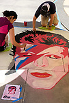 6月18日,美国洛杉矶,艺术家们正专注在在他们的作品音乐传奇人物大卫&middot;鲍伊的肖像。当日, 帕萨迪纳市举办了第二十五届粉笔画绘画艺术节,艺术家们使用超过25000支蜡笔粉笔,跪坐在人行道上,用手中的画笔展现他们的创造力。从古典到现代,从古怪到绚丽,不同的艺术风格让观众眼花缭乱。 。新华社发 (赵汉荣摄)<br /> Artists work on a portrait of music legend David Bowie during the 25th annual Pasadena Chalk Festival in Los Angeles, the United States, June 18, 2017. Hundreds artists using more than 25,000 sticks of pastel chalk to create life-size murals on the city pavement.  (Xinhua/Zhao Hanrong)(Photo by Ringo Chiu)<br /> <br /> Usage Notes: This content is intended for editorial use only. For other uses, additional clearances may be required.