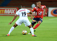 MEDELLIN - COLOMBIA -17 -02-2016: Sebastian Mejia (Der.) jugador de Deportivo Independiente Medellin disputa el balón con Johnny Hinestroza (Izq.) jugador de Cortulua, durante partido por la fecha 4 entre Deportivo Independiente Medellin, y Cortulua, de la Liga Aguila I-2016, en el estadio Atanasio Girardot de la ciudad de Medellin.   / Sebastian Mejia (R), player of Deportivo Independiente Medellin fights for the ball with Johnny Hinestroza (L) player of Cortulua,  during a match of the 4 date between Deportivo Independiente Medellin, and Cortulua, for the Liga Aguila I -2016 at the Atanasio Girardot stadium in Medellin city. Photo: VizzorImage. / Leon Monsalve / Str.