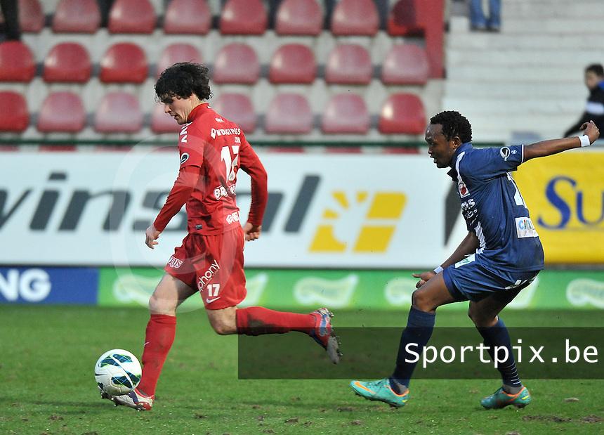 KV Kortrijk - RAEC Mons / Bergen : Gertjan De Mets aan de bal voor Mustapha Jarju (rechts).foto VDB / BART VANDENBROUCKE