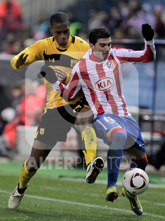 Atletico de Madrid's Jose Antonio Reyes (r) and Aris Thessaloniki's Ricardo Faty during UEFA Europe League match.December,1,2010. (ALTERPHOTOS/Acero)