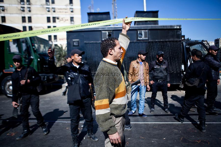 &Eacute;gypte, Le Caire: Deux bombes ont explos&eacute; sur sur le pont de Gizeh le 7 F&eacute;vrier 2014 au Caire. Elles visaient apparemment les camions des Forces centrales de s&eacute;curit&eacute;. Les agents de police ont ete deployes pour securiser la zone.<br /> <br /> EGYPT, Cairo: Two bombs exploded on Giza Bridge on 7th February 2014 in Cairo, apparently targeting Central Security Forces trucks deployed on the bridge. Police officers were deployed to secure the area.