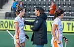 AMSTELVEEN - coach Tina Bachmann (OR) met Donja Zwinkels (OR)  na de hoofdklasse hockeywedstrijd dames,  Amsterdam-Oranje Rood (2-2) .   COPYRIGHT KOEN SUYK