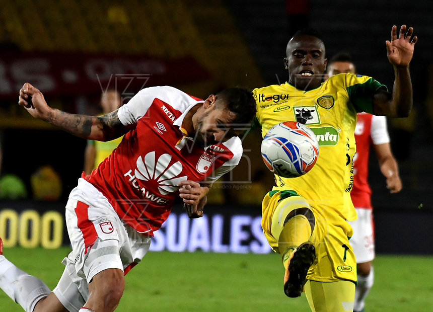 BOGOTA - COLOMBIA, 22-04-2018: José Moya (Izq.) jugador de Independiente Santa Fe, disputa el balón con Wilmar Cruz (Der.) jugador de Leones F. C., durante partido de la fecha 17 entre Independiente Santa Fe y Leones F. C., por la Liga Aguila I 2018, en el estadio Nemesio Camacho El Campin de la ciudad de Bogota. / Jose Moya (Izq.) player of Independiente Santa Fe struggles for the ball with Wilmar Cruz (R) player of Leones F. C., during a match of the 17th date between Independiente Santa Fe and Leones F. C., for the Liga Aguila I 2018 at the Nemesio Camacho El Campin Stadium in Bogota city, Photo: VizzorImage / Luis Ramirez / Staff.