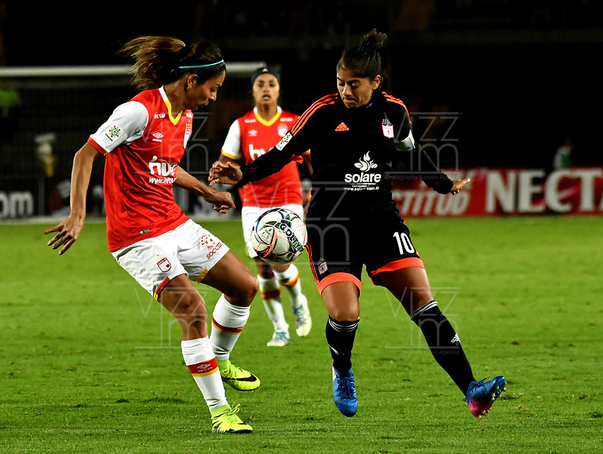 BOGOTA - COLOMBIA - 27 - 05 - 2017: Carol Sanchez (Izq.) jugadora de Independiente Santa Fe disputa el balón con Catalina Usme (Der.) jugadora de America de Cali, durante partido de vuelta por los cuartos de final entre Independiente Santa Fe y America de Cali, por la Liga Femenina Aguila 2017, en el estadio Nemesio Camacho El Campin de la ciudad de Bogota. / Carol Sanchez (L) jugadora of Independiente Santa Fe struggles for the ball with Catalina Usme (R) player of America de Cali, during a match of the second round of the  quarters of finals for the Liga Femenina Aguila 2017, between Independiente Santa Fe and America de Cali, at the Nemesio Camacho El Campin Stadium in Bogota city, Photo: VizzorImage / Luis Ramirez / Staff.
