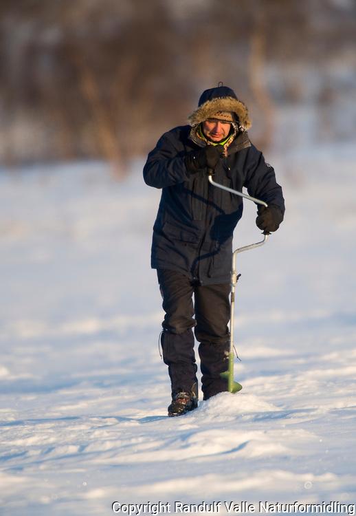 Isfiske en kald februardag på Finnmarksvidda ---- Ice fishing a cold winter day in Finnmark