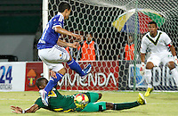 ARMENIA - COLOMBIA - 27-04-2013: Fredy Montero (Izq.) jugador de Millonarios disputa el balon con Luis Paz(Der) del Deportes Quindio durante el partido en el estadio Centenario de Armenia, abril 27 de 2013. Deportes Quindio y Millonarios durante partido por la decimotercera fecha de la Liga Postobon I. (Foto: VizzorImage / Yonbini / Str). Fredy Montero (L) player of Millonarios figts for the ball with Luis Paz (R) of Deportes Quindio during a game in the Centenario Stadium in Armenia city, April 27, 2013. Deportes Quindio and Millonarios during a match for the thirteenth round of the Postobon League I. (Photo: VizzorImage / Yonboni / Str.).