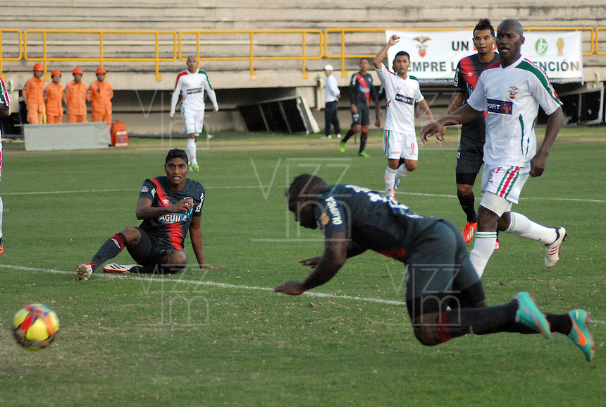 TUNJA -COLOMBIA, 28-09-2013. Edinson Toloza de Junior marca gol durante el encuentro entre Patriotas FC y Atlético Junior válido por la fecha 12 de la Liga Postobón II 2013 realizado en el estadio La Independencia en Tunja./ Junior player Edinson Toloza score during match between Patriotas FC and Atletico Junior valid for the 12th date of Postobon  League 2013-1 at La Libertad stadium in Tunja. Photo: VizzorImage/Jose Miguel Palencia/STR
