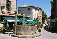 France, Languedoc-Roussillon, Département Aude, Carcassonne: street scene with medieval fountain within the City (la Cite) | Frankreich, Languedoc-Roussillon, Département Aude, Carcassonne: Cité de Carcassonne, seit 1997 Weltkulturerbe der UNESCO, mittelalterlicher Brunnen im Zentrum