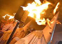 GOIAS VELHO, GO, 24.03.2016 - FOGAREU-GO - Procissão do Fogaréu, tradicional procissão católica realizada na cidade de Goiás Velho, na Quarta-Feira Santa, dia 23. A procissão encena a prisão de Jesus Cristo e tem início às 00h da Quarta-Feira Santa, com a iluminação pública apagada e ao som de tambores, à porta da Igreja da Boa Morte, na praça principal da cidade. Os penitentes, vestidos em indumentária especial e representando soldados romanos, seguem para a escadaria da Igreja de Nossa Senhora do Rosário, onde encontram a mesa da última ceia já dispersa. Em seguida, avançam na direção da Igreja de São Francisco de Paula, que simboliza o Jardim das Oliveiras, onde se dará a prisão de Cristo. (Foto: Marcos Souza/Brazil Photo Press)