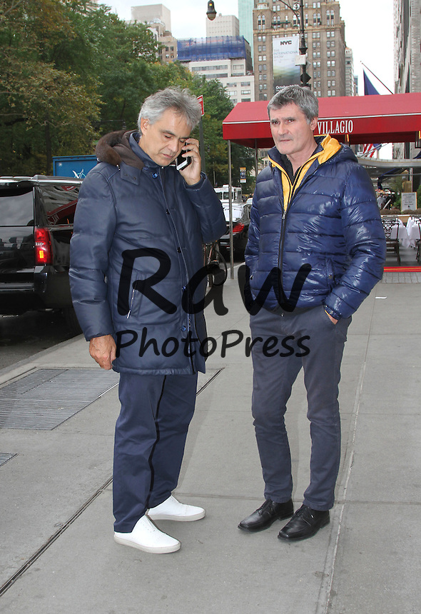 Andrea Bocelli se ha encontrado con fans en Nueva York.<br /> <br /> Photo &copy; 2015 Luis Guerra/The Grosby Group<br /> EXCLUSIVE<br /> New York, October 27, 2015<br /> <br /> Andrea Bocelli was spotted out and about New York. The singer stopped to sign an autograph to a fan.