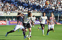 SÃO PAULO, SP, 28 DE JULHO DE 2013 - CAMPEONATO BRASILEIRO - CORINTHIANS x SÃO PAULO: Paulo Guerreiro (c) disputa com Reinaldo (e)durante partida Corinthians x São Paulo, válida pela 9ª rodada do Campeonato Brasileiro de 2013, disputada no estádio do Pacaembu em São Paulo. FOTO: LEVI BIANCO - BRAZIL PHOTO PRESS.