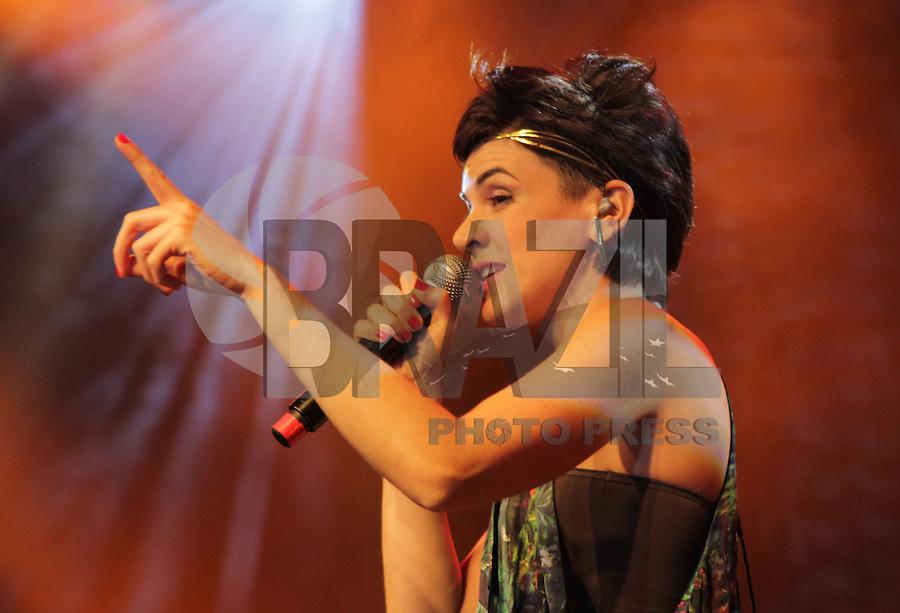 SAO PAULO, SP, 31 DE JANEIRO 2012. A cantora Mariana Aydar se apresenta na Exposamba, na noite em que o homenageado foi o cantor Joao Nogueira, no HSBC BRASIL, em Santo Amaro, regiao sul de SP, na noite desta terca-feira, 31. FOTO: MILENE CARDOSO - NEWS FREE