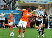 SAO PAULO - BRASIL -09-07-2014. Lucas Biglia (#6) jugador de Argentina (ARG) disputa un balón con Georginio Wijnaldum (#20) jugador de Holanda (NED) durante partido de las semifinales por la Copa Mundial de la FIFA Brasil 2014 jugado en el estadio Arena de Sao Paulo./ Lucas Biglia (#6) player of Argentina (ARG) fights the ball with Georginio Wijnaldum (#20) player of Netherlands (NED) during the match of the Semifinal for the 2014 FIFA World Cup Brazil played at Arena de Sao Paulo stadium. Photo: VizzorImage / Alfredo Gutiérrez / Contribuidor