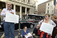 Insegnanti correggono compiti davanti Palazzo Chigi