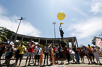 ATENÇÃO EDITOR: FOTO EMBARGADA PARA VEÍCULOS INTERNACIONAIS. - RIO DE JANEIRO,RJ, 06 DE OUTUBRO DE 2012- MARCELO FREIXO CANDIDATO A  PREFEITURA DO  RIO DE  JANEIRO PARTICIPA DE  ABRAÇO SIMBÓLICO NO MARACANÃ- O candidato a  prefeitura do  Rio de Janeiro, Marcelo Freixo parcitipa  no iníci da tarde deste sábado (6) de  um abraço simbólico ao estádio do maracanã, RJ, parte da  sua  campanha política.<br /> ( GUTO MAIA / BRAZIL PHOTO PRESS )