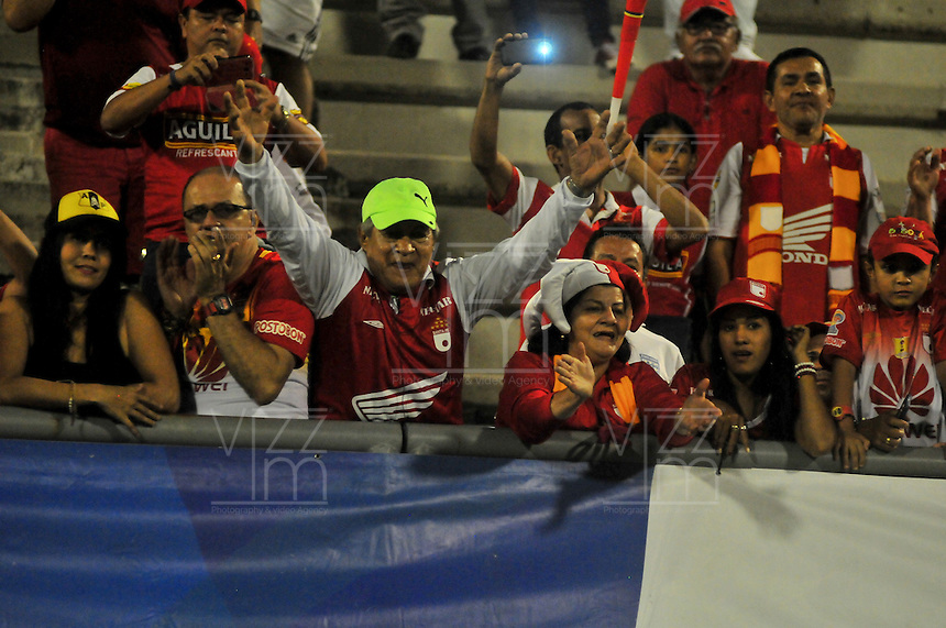 BARRANCABERMEJA -COLOMBIA, 25-09-2016: Hinchas de Santa Fe animan a su equipo durante el encuentro entre Alianza Petrolera e Independiente SantaFe por la fecha 14 de la Liga Aguila II 2016 disputado en el estadio Daniel Villa Zapata de la ciudad de Barrancabermeja. / Fans of Santa Fe cheer for their team during the match between Alianza Petrolera and Independiente SantaFe for the date 14 of the Aguila League II 2016 played at Daniel Villa Zapata stadium in Barrancebermeja city. Photo: VizzorImage / Jose Martinez / Cont