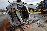 FOTO EMBARGADA PARA VEICULOS INTERNACIONAIS. SAO PAULO, SP, 01-01-2013, ACIDENTE AV INAJAR DE SOUZA. Grave aidente na zona Norte de Sao Paulo, resultou na morte de uma pessoa segundo informacao do policiamento. O acidente aconteceu na madrugada dessa Terca-feira (01) na Av. Inajar de Souza n 3.300 em frente ao terminal Cachoeirinha de onibus. O veiculo desgovernado bateu na grade do terminal e capotou, segundo informacoes os quatro ocupantes foram socorridos, mas um nao resistiu e faleceu. Proximo ao veiculo, uma garrafa de Vodka foi encontrada. Luiz Guarnieri/ Brazil Photo Press.