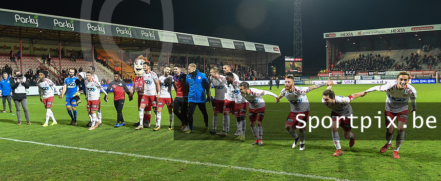 1/8 finale Croky Cup<br /> KV KORTRIJK - SV ZULTE WAREGEM :<br /> spelers van Kortrijk vieren met hun fans<br /> <br /> Foto VDB / Bart Vandenbroucke