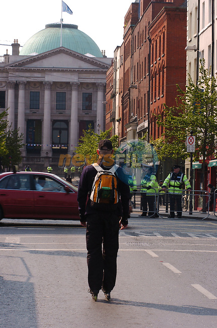 May 1st, 2004. EU Enlargement Day (Day of Welcomes), Dublin, Ireland..A rollerblader makes his way towards Dublin Castle..Photo:Barry Cronin/Newsfile.