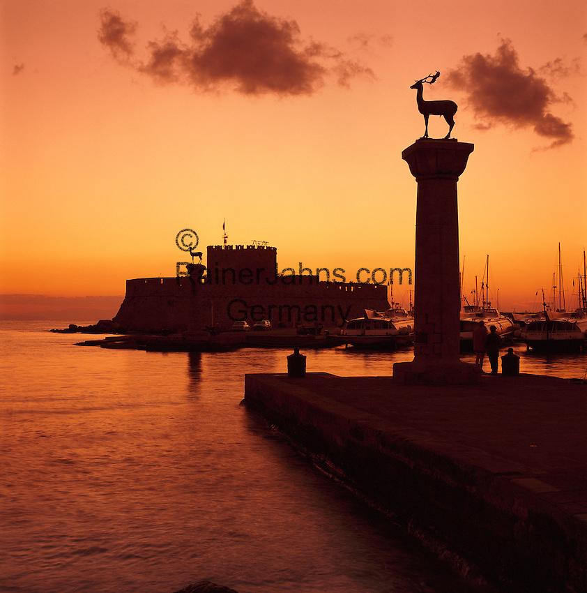 Greece, Dodecanese, Rhodes, Rhodes-City: Mandraki Harbour and St. Nicholas' Fort at sunrise | Griechenland, Dodekanes, Rhodos, Rhodos-Stadt: Einfahrt zum Mandraki Hafen, dahinter das St. Nicholas Fort bei Sonnenaufgang