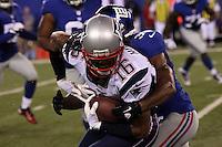 WR Jesse Holley (Patriots) wird gestoppt von S Will Hill (Giants)