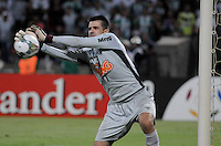 MEDELLÍN -COLOMBIA-23-04-2014. Victor arquero de Atlético Mineiro de Brasil en acción durante el partido de ida con Atlético Nacional por los octavos de final de la Copa Libertadores de América 2014 jugado en el estadio Atanasio Girardot de Medellín, Colombia./ Victor goalkeeper of Atletico Mineiro de Brazil in action during  first leg match against Atletico Nacional for the knockout stages of the Copa Libertadores championship 2014 played at Atanasio Girardot stadium in Medellin, Colombia. Photo: VizzorImage/ Luis Ríos /STR