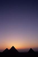 Afrique/Egypte/Env du Caire/Plateau de Giza: Soleil levant sur les pyramides de Khéops (ou Chéops), de Khéphren (ou Chéphren) et de Mikérinos