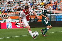 S&Atilde;O PAULO,SP, 14 JANEIRO 2011 - AMISTOSO PALMEIRAS X AJAX (HOL)<br /> De Jong (e) jogador do Ajax durante  partida entre as equipes do Palmeiras X Ajax (hol) realizada no  Est&aacute;dio Paulo Machado de Carvalho (Pacaembu) na zona oeste de S&atilde;o Paulo, neste Sabado (14). (FOTO: ALE VIANNA - NEWS FREE).