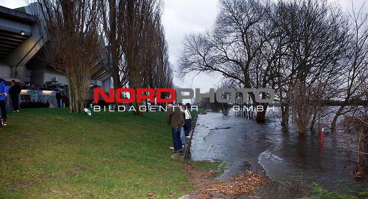 FBL 2007/2008 22. Spieltag R&uuml;ckrunde Werder Bremen - Borussia Dortmund 2:0<br /> <br /> Wegen dem Sturmtief / Orkan 'Emma', fiel das Hochwasser der Weser, deutlich h&ouml;her aus als gew&ouml;hnlich. Einige Fahrzeuge sollen Zeitweise im Wasser gestanden haben.<br /> <br /> <br /> Foto &copy; nph (  nordphoto  )<br /> <br /> *** Local Caption ***