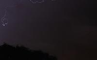 SAO PAULO, SP - 13.11.2015 - CLIMA-SP - Uma forte chuva com fortes rajadas de vento atinge a região da represa do Guarapiranga zona sul de São Paulo na noite desta sexta-feira (13). (Foto: Fabricio Bomjardim / Brazil Photo Press)