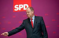 Berlin, Der SPD-Kanzlerkandidat Peer Steinbrück steht am Montag (13.05.13) in der Parteizentrale im Willy-Brandt-Haus vor der Präsidiumssitzung vor dem SPD-Logo. Foto: Steffi Loos/CommonLens