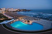 Europe/France/Aquitaine/64/Pyrénées-Atlantiques/Pays Basque/Biarritz: La piscine de Hôtel du Palais et la grande plage en fond le Rocher de la Vierge