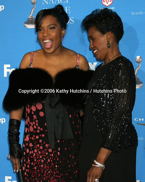 Macy Gray & mother.37th NAACP Image Awards.Shrine Auditorium.Los Angeles, CA.February 25, 2006.©2006 Kathy Hutchins / Hutchins Photo....                 V