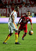CALI -COLOMBIA, 4-09-2016. Jonathan Alvarez jugador del América de Cali disputa el balón  con Andres Quejada del Pereira durante encuentro  por la fecha 10 vuelta  del torneo  Aguila II 2016 disputado en el estadio Pascual Guerrero./ Jonathan Alvarez player of America de Cali  celebrates fights the ball against Andres Quejada of Pereira  during match for the date 10 of the Aguila tournament II 2016 played at Pascual Guerrero stadium in Cali. Photo:VizzorImage / Juan Carlos Quintero  / Cont