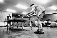 1981, ABN WTT, Rob Hoogland speeld met handicap tafeltennis tegen Peter Bonthuis