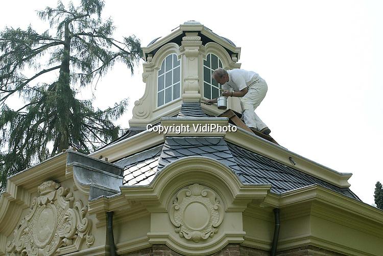 Foto: VidiPhoto..ROZENDAAL - In het park van kasteel Rosendael -bekend van de Bedriegertjes en de rozentuinen- in Rozendaal wordt hard gewerkt aan een ingrijpende restauratie van de voor Nederland unieke theekoepel. De koepel is rond 1725 gebouwd en aan de binnenzijde versierd met snijwerk, spiegels, schilderijen en consoles. Zodra het schilderwerk aan de buitenzijde klaar is, begint de restauratie aan de binnenkant. Behalve dat het hier waarschijnlijk om de oudste theekoepel van Nederland gaat, is het in ieder geval de best bewaarde. Op de koepel zijn zelfs verflagen van 300 jaar oud aangetroffen.