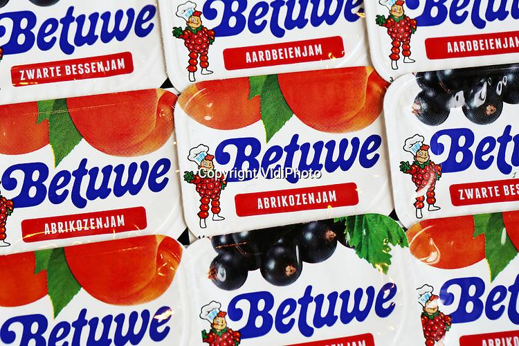 Foto: VidiPhoto<br /> <br /> BREDA - Flipje is vanaf donderdag weer terug in Nederland. De tot eind jaren tachtig stripheld van de Tielse jamfabriek De Betuwe -nu eigendom van Hero- keert weer terug op de nieuwe portieverpakkingen van 15 gram en in drie smaken, vooralsnog alleen bestemd voor zorginstellingen. Flipje is niet alleen bekend van jampotten en stripverhalen, maar is nog steeds de mascotte van de stad Tiel. Voor veel ouderen, nu bewoners van zorgtehuizen, is Flipje volgens Hero &quot;een vertrouwde glimlach van herkenning.&quot; De offici&euml;le presentatie gebeurt donderdag in ziekenhuis Rivierenland in Tiel. Foto: Ralf Wijnveldt van Hero Benelux toont dinsdag op het hoofdkantoor van Hero in Breda de vernieuwde 'Flipjejam'.